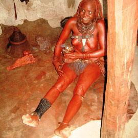 """Eine Himbafrau zeigt uns, wie sie Parfum herstellt und sich einen neuen """"Anstrich"""" verpasst"""