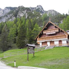 Ein immer wiederkehrendes Bild: geschlossene Hütten. Bis vor kurzem war noch Winter!