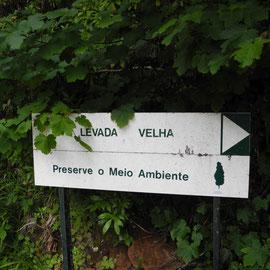 Schild zum Hinweis auf den Wanderweg