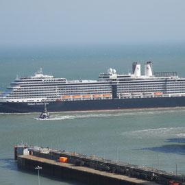 Auf dem Rückweg bemerken wir dieses Riesen-Kreuzfahrtschiff
