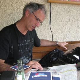 Planung der weiteren Tour in einem Restaurant