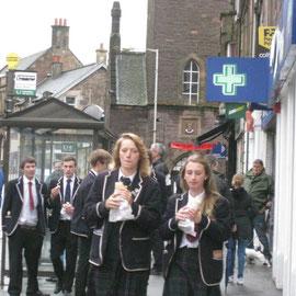 Eine Schulklasse - den Temperaturen entsprechend angezogen. Die Schotten frieren einfach nicht.