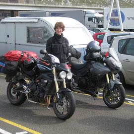 Eingereiht zur Auffahrt auf die Fähre in Dover
