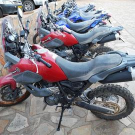 Die Moppeds weden gesäubert und bekommen für die Windhoek-Kapstadt-Tour neue und auch andere Bereifung