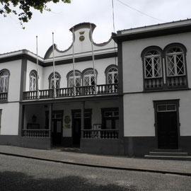 Machico strahlt heute und hat ein hübsches Rathaus