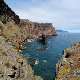 Eine Felsnase im Meer