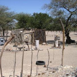 Rezeption - auch die Himbas wittern Geschäfte und wissen, was dazu nötig ist: Werbung!