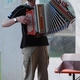"""Ingfried, ein Angestellter des Hotels, spielt uns auf der """"Quetsche"""" lustige Lieder"""