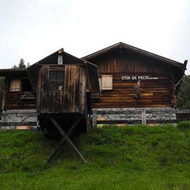 """Eine andere Hütte, die """"Ütia de Pecol""""  hat aber geöffnet und wir bekommen einen leckeren Latte Macchiato."""