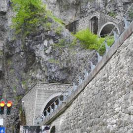 Ein durch Ampeln geregelter Passverkehr mit sehr engen Kehren jweils im Berg