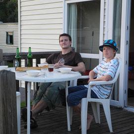 Die beiden Herren sitzen auf der Veranda und harren der Spaghetti