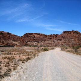 erreichen wir die Zufahrt zu Twyfelfontein-Lodge, in Felsen eingebaut
