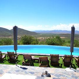 Wir genießen die wundervolle Aussicht von der Terrasse aus