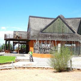 Auf der Opuwo Lodge angekommen warten wir auf das Gepäck