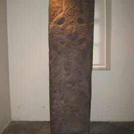 The Burgh Cross, ein stehender Stein, gefunden unter der Kirche