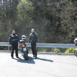 Jörg und Karsten beim Fachsimpeln über Navis und Motoren