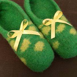 grün mit Punkten und Satinschleife