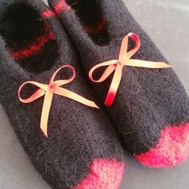 schwarz-rot mit Satinschleife