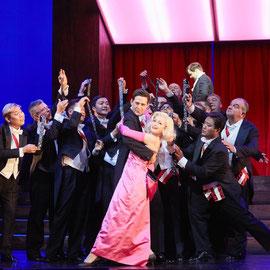 Ulrike Hallas mit Diego Valsecchi und dem Opernchor des Stadttheaters Bern_Love Life 2018_Foto: Annette Boutellier