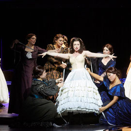 Ulrike Hallas mit dem Opernchor des Stadttheaters Bern_Love Life 2018_Foto: Annette Boutellier