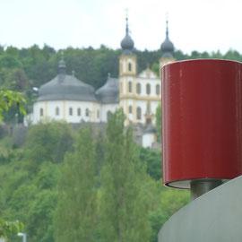 Stadtmusikanten in Würzburg: Gebogene V2A Drehkörper, die durch Drehung um die eigene Achse unterschiedliche Glockentöne erzeugen