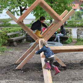 Stadtakrobaten in Frasdorf: Idee, Entwurf und Planung :Spielinstallation aus Vollholz zum Turnen,  Klettern  und Verstecken