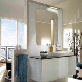 cuisine intérieur design, salle de bain blanc blanche miroir vasque plan de travail noir