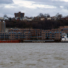 Buchanan tug and aggrregate barges on the Hudson