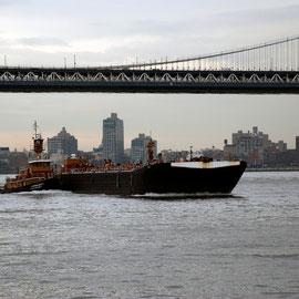 Stephen Scott flying down the East River under Manahattan Bridge