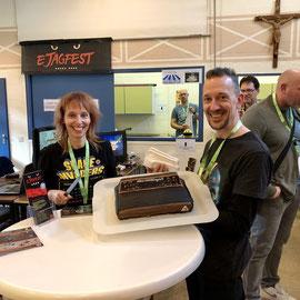 Sijmen und Sandra Schouten mit Atari VCS 2600 Kuchen auf dem ejagfest 2017,  Männerquatsch Podcast #14 (Ausflug: ejagfest 2017 & Amiga32, C65 Prototyp, Netzneutralität)