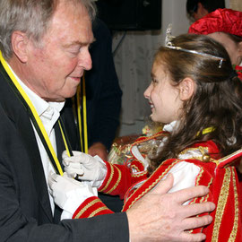 Der Ehrenvorsitzende des Festausschusses Röttgen nimmt den Orden von Prinzessin Xenia I. entgegen