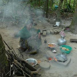 Beißender Qualm steigt den Frauen beim Kochen in die Augen