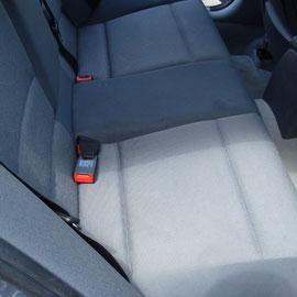 後部座席、座面にシミがあります。
