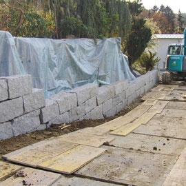 Während dem Bau einer Granitsteinmauer mit Blocksteinen, auf dem nächsten Foto ist die gesamte Mauer ersichtlich.