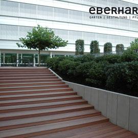 Winkelelemente als Mauer, Holztreppe Eberhard Gartenbau AG
