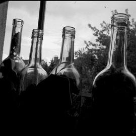 Flaschen werden mit Stoff gefüllt