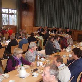 Mitglieder, Gäste und die Podiumsbesetzung