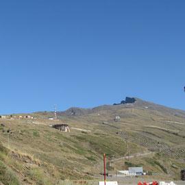 Blick vom Stellplatz in Pradollano zu den Gipfeln des Mulhacen und Pico del Veleta