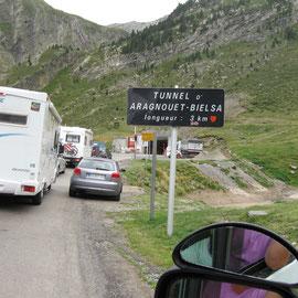 Warten auf die Einfahrt in den Tunnel nach Spanien