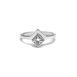 Bague pointue or blanc 14k + diamant princesse