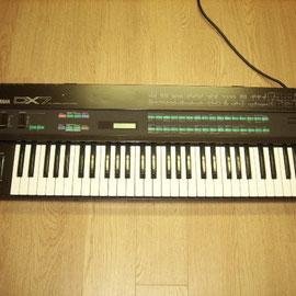 世界初のデジタル・シンセサイザー「YAMAHA DX7」ツマミが消えた(1983)