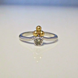 AN 76 - 14K two toned ring with bezel set diamond and 3 decorative balles.