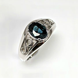 AN 81 - 14K white gold gents ring with oval sapphire.