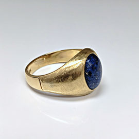 AN 83 - 14K yellow gold gents ring with oval lapis lazuli.
