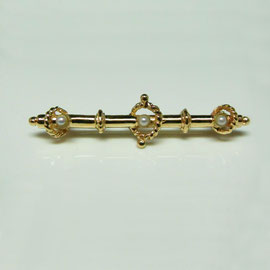 AN 52 - 14K yellow gold antique reproduction bar pin with pearls.
