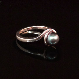 AN 39 - 14K rose gold ring with merlot pearl.