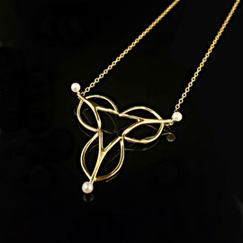 AN 90 - 14K yellow gold 'Trillium' necklace, with 3 pearls.