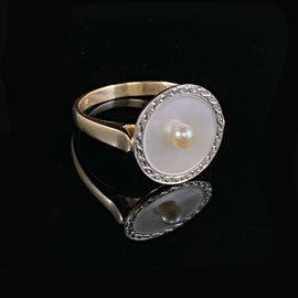 R 382- Platinum and 18K yellow ring with mother of pearl and pearl.