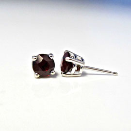 AN 59 - 14K yellow gold stud earrings with garnets.
