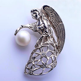 AN 86 - 14K white gold angel pin with pearl and diamonds.